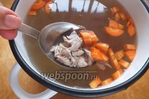 Готовый бульон процедить. Добавить в него отделённое от костей куриное мясо и нарезанную морковку.