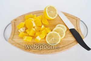 Апельсин нарезать кубиками.
