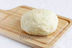 Муку подсыпать постепенно, не всю сразу. Тесто вымесить, накрыть плёнкой и положить в холодильник на 30 минут.