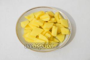 Картофель очищаем от кожуры, моем и мелко нарезаем.