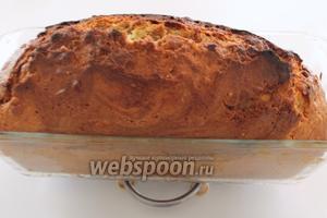 Готовность выпечки проверить на сухую спичку. Кекс вынуть из духовки и дать немного остыть в форме, затем перевернуть форму на решётку и подождать, пока кекс полностью остынет.