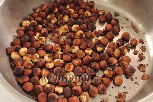 Через некоторое время шелуха начнёт лопаться, а орехи приобретут золотистый цвет.