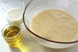 Влить в массу молоко и растительное масло. Перемешать.