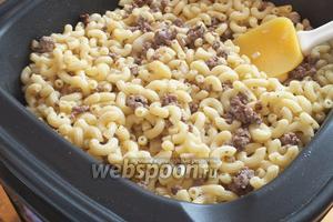 Добавьте к мясу макароны и тщательно перемешайте. Если нужно ещё немного посолите! Макароны готовы, можно подавать к столу. Приятного аппетита!