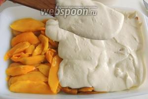 На манго распределяем половину крема. Выравниваем.