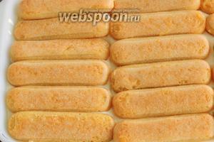 Повторяем действия со смачиванием печенья в сиропе и выкладывания его на крем. Затем повторяем действия шагов 9, 10 вторым слоем.