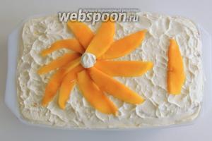 Сверху украсим кусочками манго. Убираем на холод, как минимум на 2,5-2 часа. Тирамису с рикоттой и манго можно подавать. Приятного аппетита!