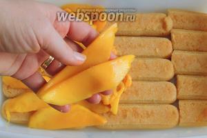 На печенье кладём дольки манго, как можно ближе друг к другу.