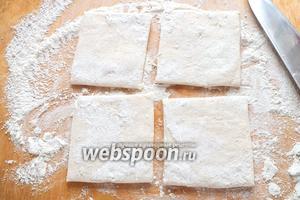Разморозьте тесто при комнатной температуре, на это уйдёт минут 40-50. Затем разрежьте каждый пласт на 4 квадрата.