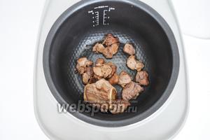 Мясо срезать с косточки и обжарить до золотистого цвета в режиме «жарение». Это примерно 15 минут.