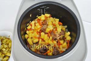 Добавить лук нарезанный и морковь, натертую на тёрке и обжарить. Затем добавить резанный картофель и жарить 5 минут.