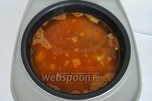 Залить кипятком до отметки 3 литра, влить огуречный рассол, добавить соль, перец.