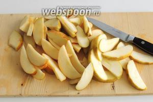 Яблоки очистим от сердцевинки с семечками и нарежем ломтиками. Кожуру не очищаем.