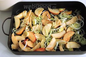 Дно формы очень тонко смажем сливочным маслом. Распределим половину яблок в перемешку с половиной лука по дну.