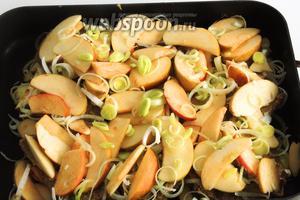 Сверху накрываем вторым слоем оставшейся смеси яблок с луком.