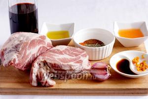 Для приготовления свинины в маринаде возьмём вино красное сухое, оливковое масло, мандариновый сок (свежевыжатый), цедру мандарина, вустерский соус, свинину (ошеек), чеснок, мёд, специи.