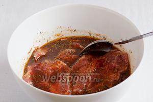 Замариновать мясо в соусе и оставить на пару часов. Знатоки советуют не оставлять мясо в маринаде более, чем на 2 часа.