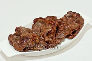 Готовую свинину выложить на блюдо. Подавать с овощами или любым другим гарниром.