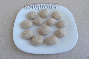 Скатать шарики-клёцки небольшого диаметра 2,5–3 см.