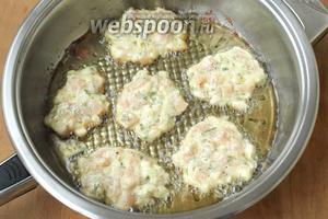 В сковороде разогреть подсолнечное масло и выкладывать массу столовой ложкой.