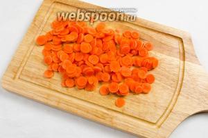 Мелкую морковь вымыть, нарезать тонкими кольцами.