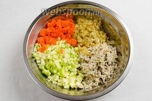 Смешать подготовленные ингредиенты: рис, лук с орешками, кабачок, морковь. Перемешать. Посолить, поперчить. Начинка готова.