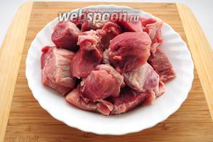 Мякоть свинины нужно ополоснуть в холодной воде и нарезать крупными кусками.