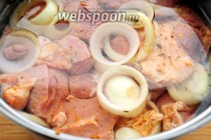 Залейте холодной сильгазированной водой, так чтобы все кусочки мяса были покрыты, добавьте сок лимона и перемешайте. Накройте крышкой и уберите в холодильник на 3-4 часа или на всю ночь.