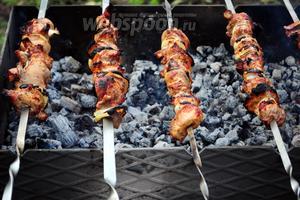 Обжарьте шашлык до готовности над раскалёнными углями в мангале, периодически поворачивая шампуры. Готовность мяса нужно проверять надрезав кусочек острым ножом, если сок выделяющийся из мяса прозрачный — шашлык готов.