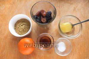 Подготовьте необходимые ингредиенты: горчичный порошок, финики, чернослив, мёд, мандарин, уксус, соль. Так же понадобится около 500 мл горячей воды примерно 80ºC — для замачивания сухофруктов, и еще 70-80 мл для самой горчицы.