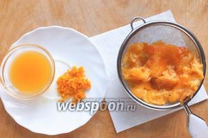 Натрите мандариновую цедру и выжмите из мякоти весь сок.