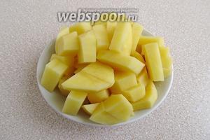Картофель очистить и нарезать мелкими ломтиками.