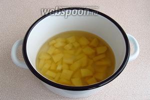 Вскипятить 1,5 стакана бульона, опустить в него картофель и поварить 10 минут.