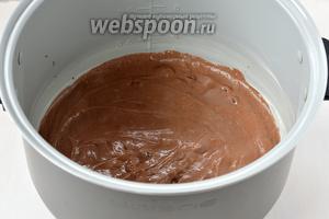 Выложить тесто в смазанную сливочным маслом чашу мультиварки (у меня мультиварка Polaris).