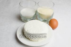 Чтобы приготовить сырники, нужно взять творог 9% жирности, манную крупу, сахар, яйца, щепотку соли.