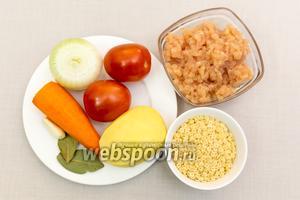 Для приготовления нам понадобятся: фарш куриный, картофель, лук, морковь, чеснок, мелкие макароны, соль, смесь перцев.