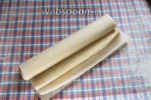 Готовые листы переложить пергаментом и свернуть рулончиком.