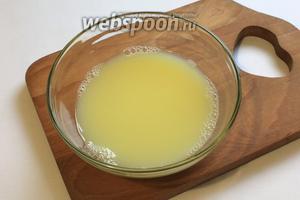Берём 200 мл тёплой воды, растворяем в ней соль (1/2 ч. л.), 3 желтка и 1 чайную ложку уксуса.