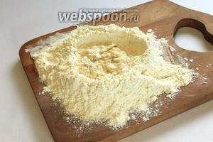 480 грамм муки просеять, сделать углубление. Наливая понемногу жидкую смесь и растительное масло (2 ст. л.), замесить тесто.