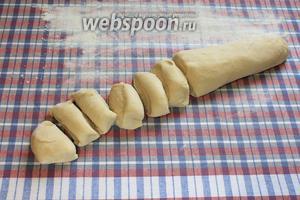 Застелить стол тканевой скатертью, присыпать мукой. Тесто раскатать колбаской и порезать на 12 кусочков.