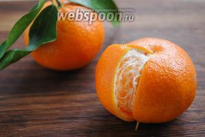 Шкурки мандарина предварительно нужно подсушить. При помощи острого ножа сделать надрезы и «лепестками» снять кожуру. Подсушить.