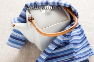 Накрыть крышкой, обернуть чистым полотенцем. Дать настоятся от 5 до 10 минут.
