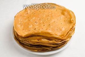 Остальные блины жарить по той же схеме, складывая готовые в стопку на тарелке. Такие блины можно начинить, подавать со сметаной к обеду.