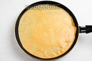 Разогреть сковороду для выпечки блинов на среднем огне. Убавить огонь до среднего. Налить блинное тесто в нужном количестве, равномерно распределяя по сковороде тонким слоем. Жарить блинчик в течение 1 минуты.