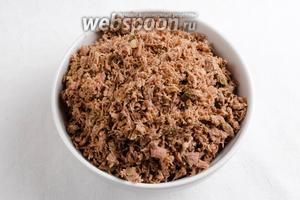 Мясо измельчить в блендере или в мясорубке.