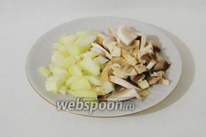 Для дальнейшего приготовления галушек в горшочках, измельчаем лук и грибы.