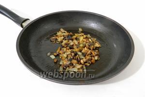 Грибы и лук пережариваем в небольшом количестве масла.