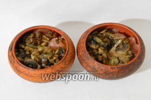 Сверху выкладываем куриное филе и грибы с луком.
