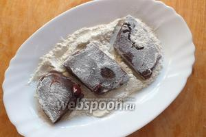 Очистите печень от плёнки и протоков. Нарежьте её довольно крупными кусками и обваляйте в муке, оставив 1 ст.л. муки для соуса.