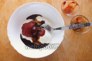 Для соуса смешайте: сметану (15%), томатную пасту, вустерский соус, сахар и оставшуюся муку.